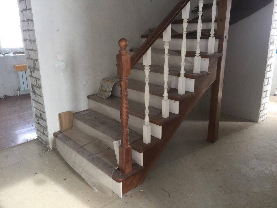 Темная лестница в кирпичном доме