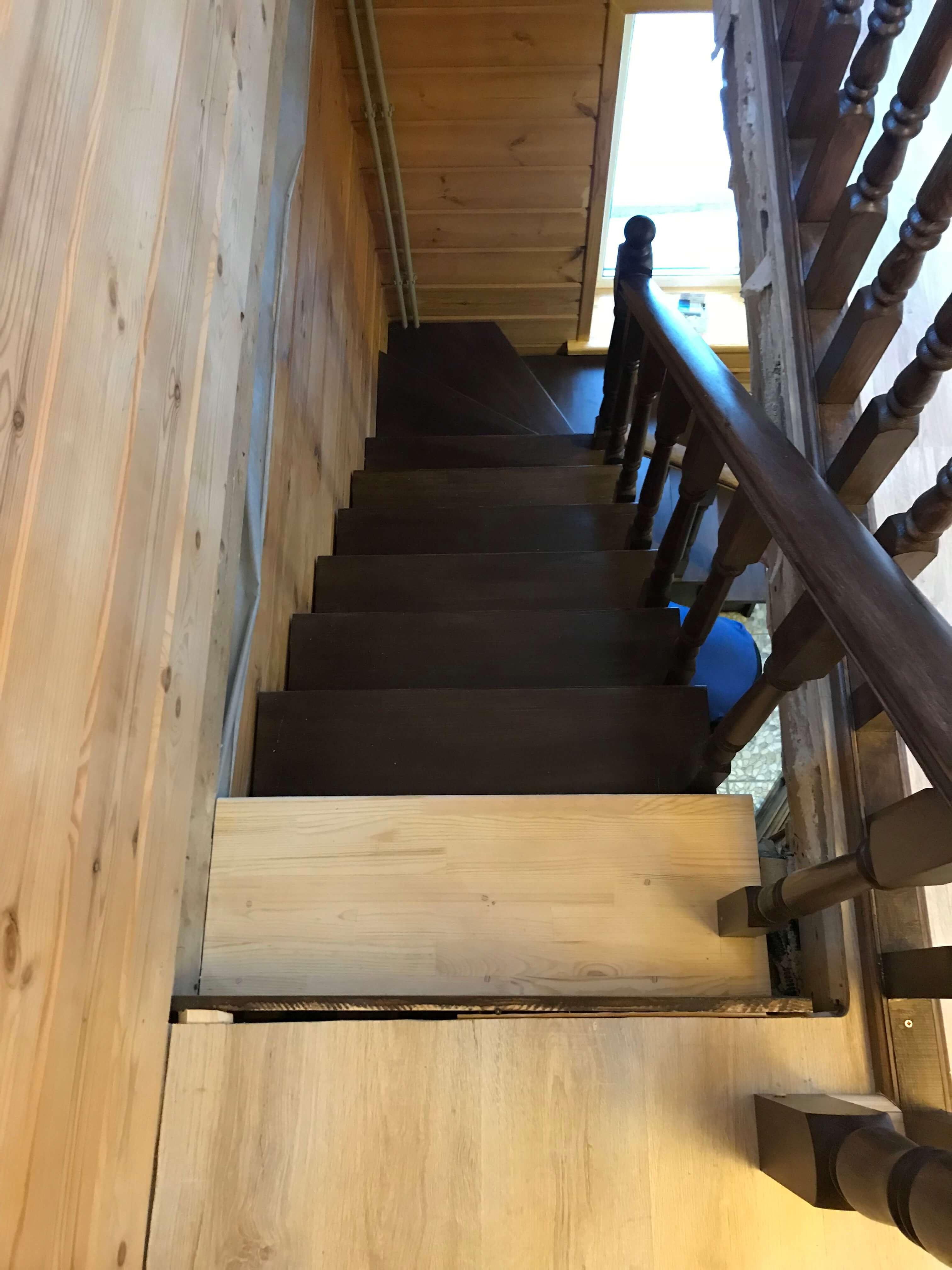 Покрашенная деревянная лестница на мансарду